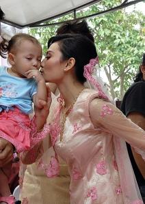 finally dpt gak aunty lina kiss kan?